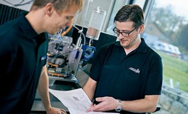 Matthias Straubhaar im Waterjet Labor: Evaluation einer Machbarkeitsstudie.